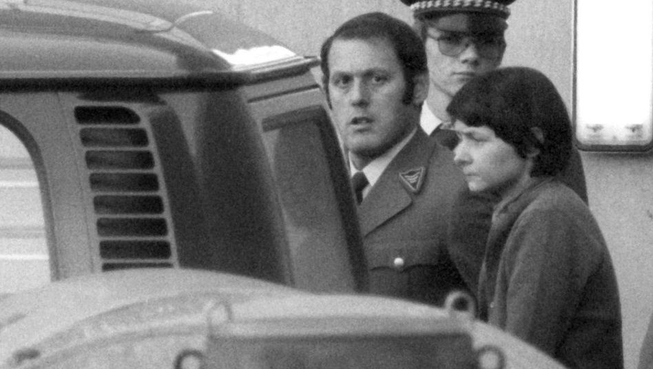 Verena Becker nach ihrer Verurteilung (Archivfoto vom 28.12.1977): Die frühere RAF-Terroristin hat erfolglos Beschwerde gegen ihre Untersuchungshaft eingelegt
