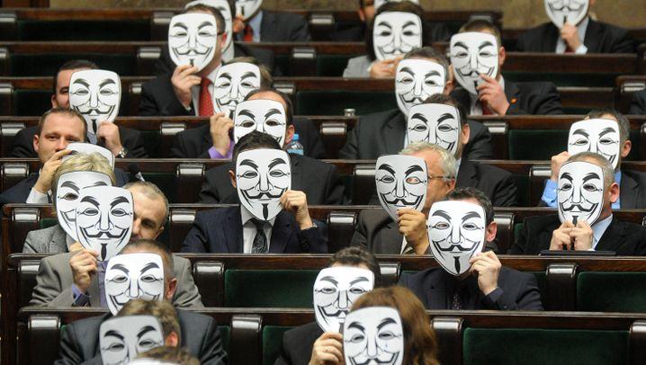 Anonymous: Polnische Abgeordnete tragen Guy-Fawkes-Maske