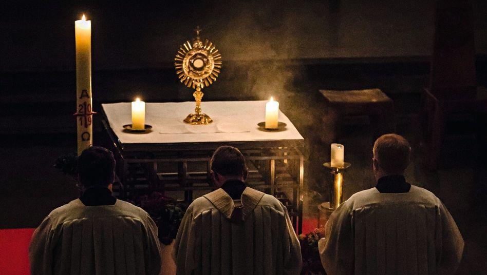 Angehende Geistliche bei Eucharistiefeier im Borromaeum