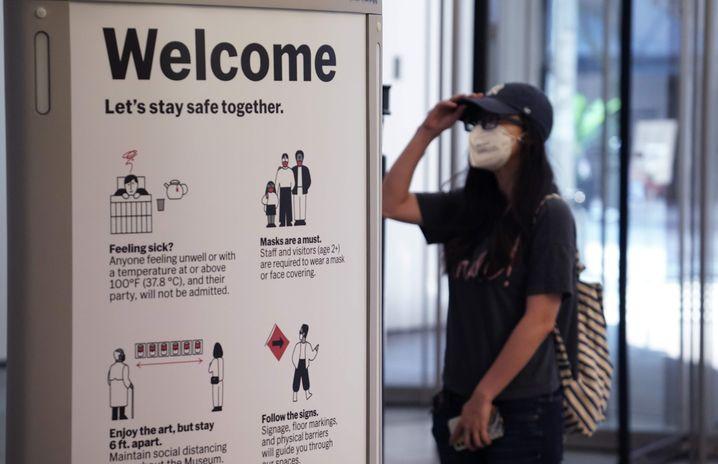 Eine Besucherin am Eingang des Museums of Modern Art