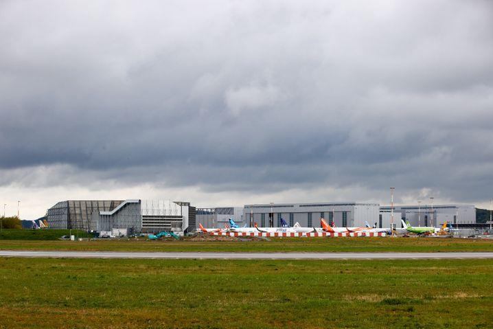Graue Wolken überm Airbus-Werk in Hamburg: Bei dem Flugzeughersteller hat es einen Corona-Ausbruch gegeben