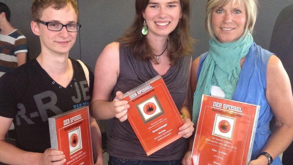 """Schülerzeitungspreis-Gewinner: """"Wooling""""-Chefredakteurin Julia Kluttig (M.) und Redakteur Immanuel Jork mit Lehrerin Andrea Thomas"""