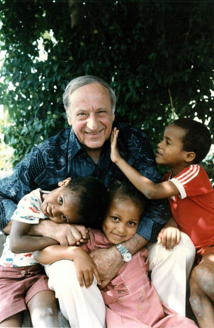 Der Österreicher Hermann Gmeiner gründete nach dem Zweiten Weltkrieg die SOS-Kinderdörfer – als alternatives Betreuungskonzept zu Kinderheimen.