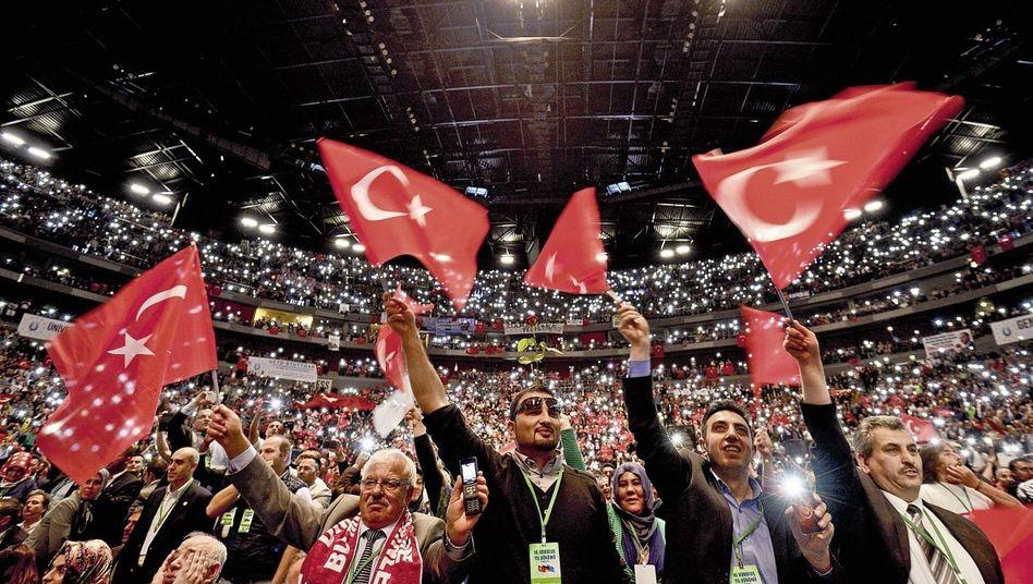 Erdoğan-Anhänger bei dessen Auftritt in der Kölner Lanxess-Arena im Mai: Auch Fans in der zweiten und dritten Generation