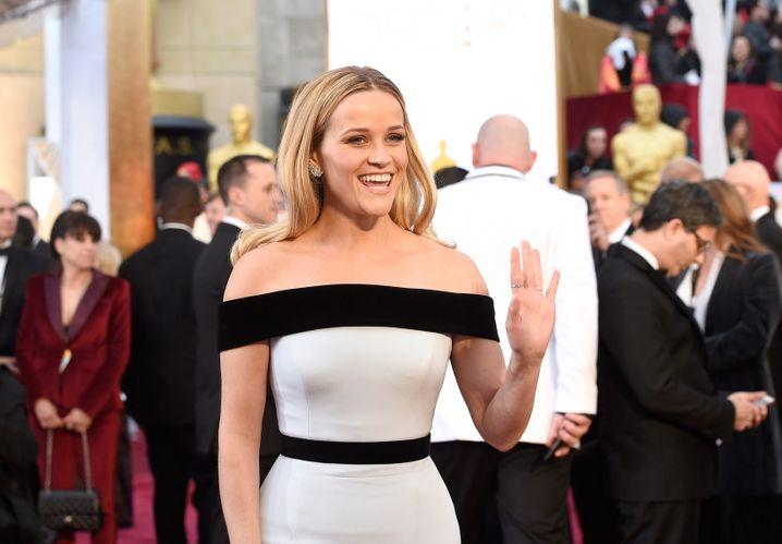 Reese Witherspoon machte bei den Oscars 2015 die #AskHerMore-Kampagne bekannt: Interviewer sollten Schauspielerinnen nach mehr als dem Designer ihres Kleides fragen