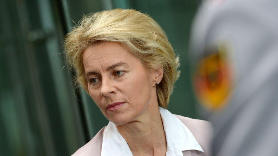 Verteidigungsministerin von der Leyen: Ihr Haushaltschef muss gehen