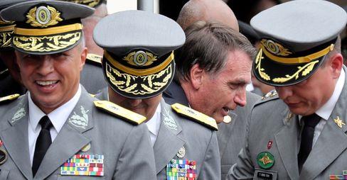 Präsident Bolsonaro bei Absolventen einer Militärakademie: Durch die Streitkräfte geht ein Riss