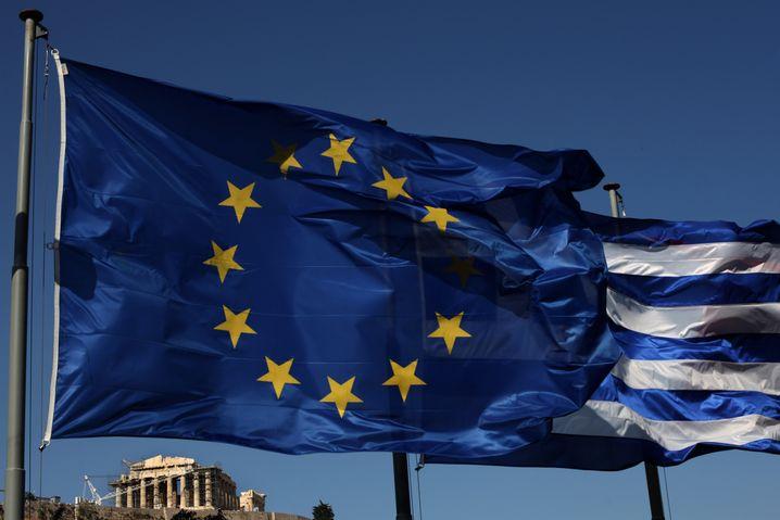 EU- und Griechenland-Flagge in Athen: Kann das Land eigentlich die Wende schaffen?