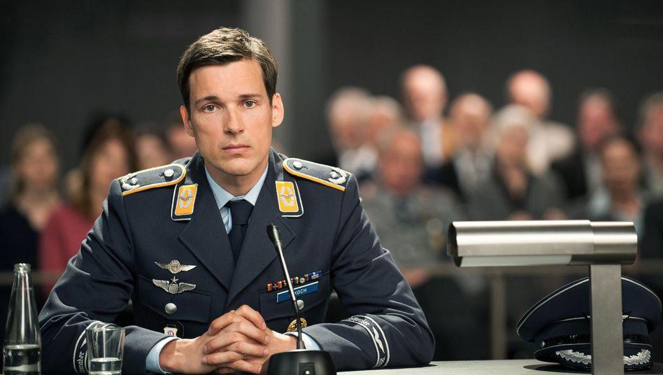 Filmszene: Angeklagter Pilot Lars Koch (Florian David Fitz)