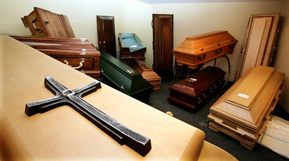 Särge in einem Bestattungsunternehmen in Gelsenkirchen