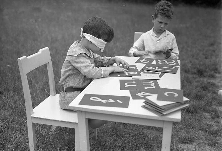 Die Welt begreifen: Montessori-Schüler beim Buchstaben-Fühlen (um 1932)