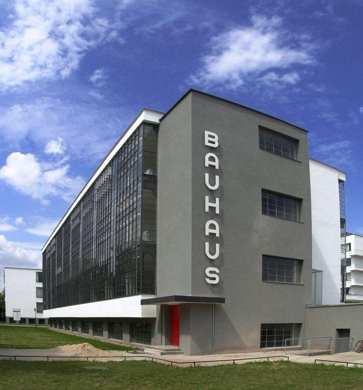Das zum Unesco-Weltkulturerbe gehörende Bauhaus in Dessau. Das Staatliche Bauhaus wurde 1919 von Walter Gropius in Weimar gegründet und musste später wegen mangelnder finanzieller Unterstützung nach Dessau umsiedeln. Bauhausdirektor Gropius entwarf den Neubau für die Schule, die im Dezember 1926 eingeweiht wurde.