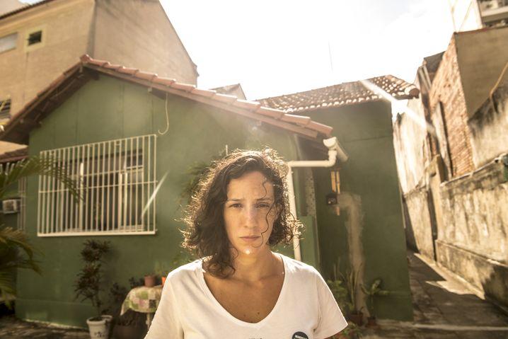 """Francos Lebensgefährtin Benício vor dem gemeinsamen Haus in Tijuca: """"Marielle wollte die Welt verändern"""""""