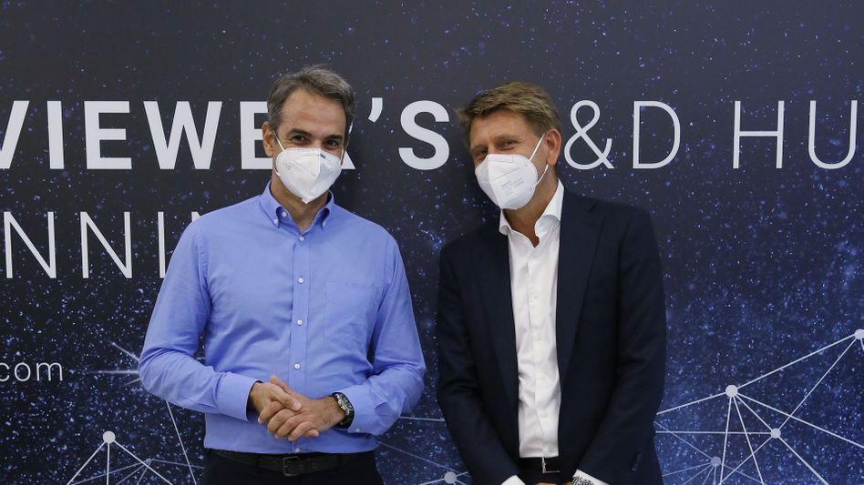 »Wir wollen hier wachsen«: Griechenlands Premierminister Kyriakos Mitsotakis mit Teamviewer-Chef Oliver Steil bei einem Besuch der Büroräume in Ioannina