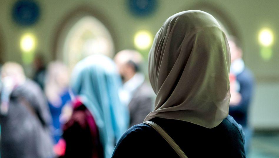 Muslimin mit Kopftuch in einer Moschee in Hannover (Symbolbild)
