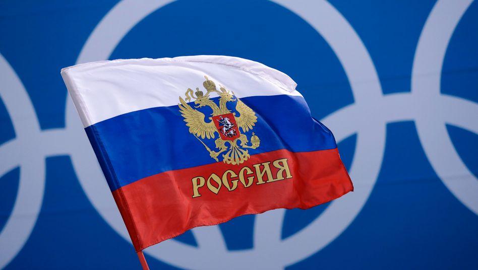 Russische Flagge vor Olympischen Ringen: Bei den nächsten Spielen ist die Nation nicht dabei – zumindest nicht in allen Ehren