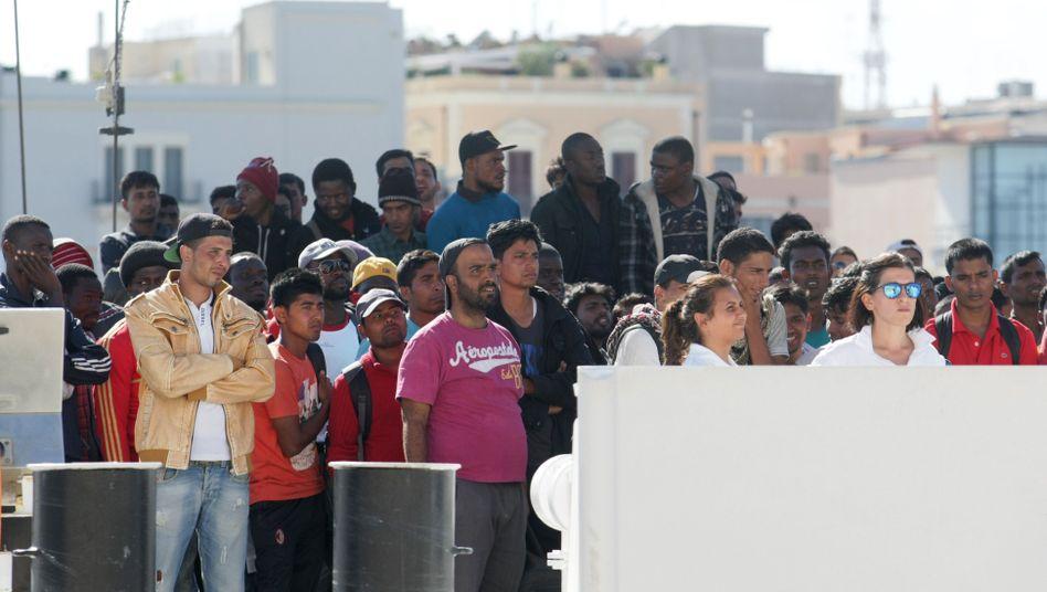 Flüchtlinge im Hafen von Brindisi in der Region Apulien: Lebensgefährliche Reise übers Mittelmeer