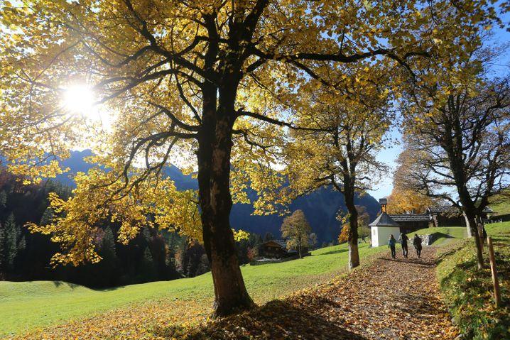 Wanderer im ehemaligen Bergbauerndorf Gerstruben