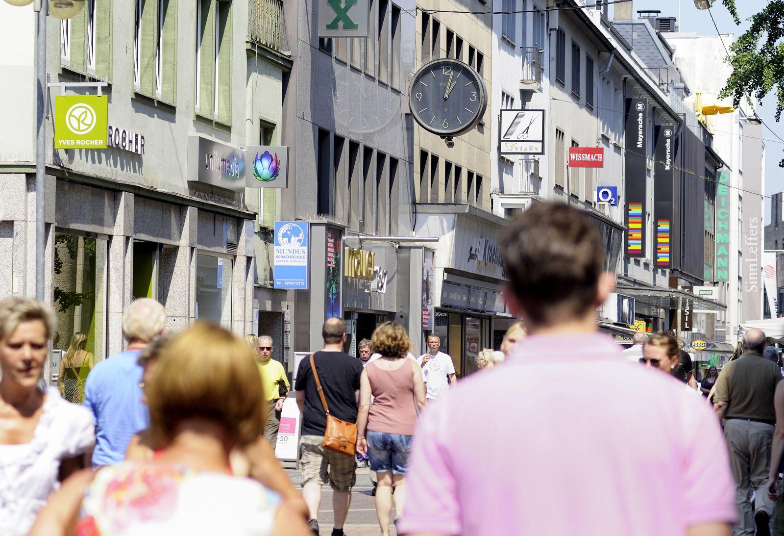 Bochum / passanten / Konjunktur / Menschen / Konsum / Armut