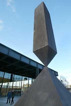 """Skulptur """"Broken Obelisk"""" des US-Künstlers Barnett Newman vor der Neuen Nationalgalerie: Das Trommeln von 20th Century Fox"""