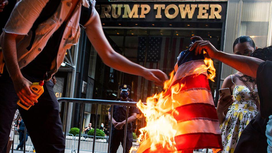 Demonstranten in New York verbrennen US-Flaggen vor dem Trump Tower