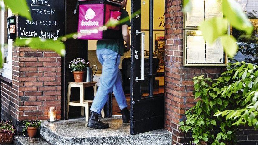 Foodora-Fahrer vor Restaurant in Hamburg Zehn Boten innerhalb einer Stunde