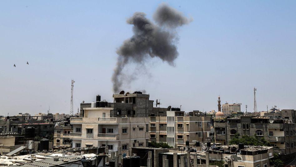 Rauchwolke ist über der Stadt Rafah nach einem israelischen Raketenangriffe
