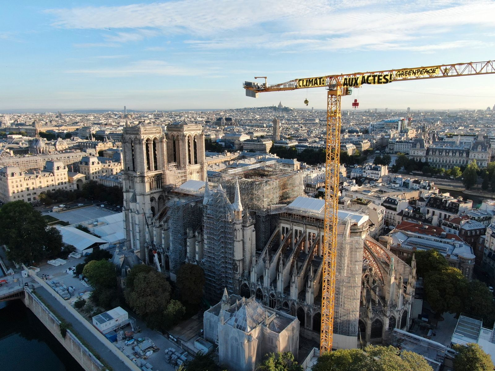 Greenpeace-Aktivisten klettern auf Kran am Notre-Dame