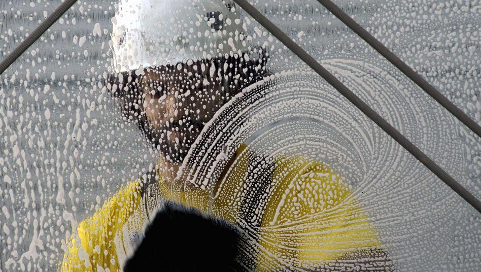 Fensterputzer: Geringverdiener haben 2011 weniger in der Lohntüte