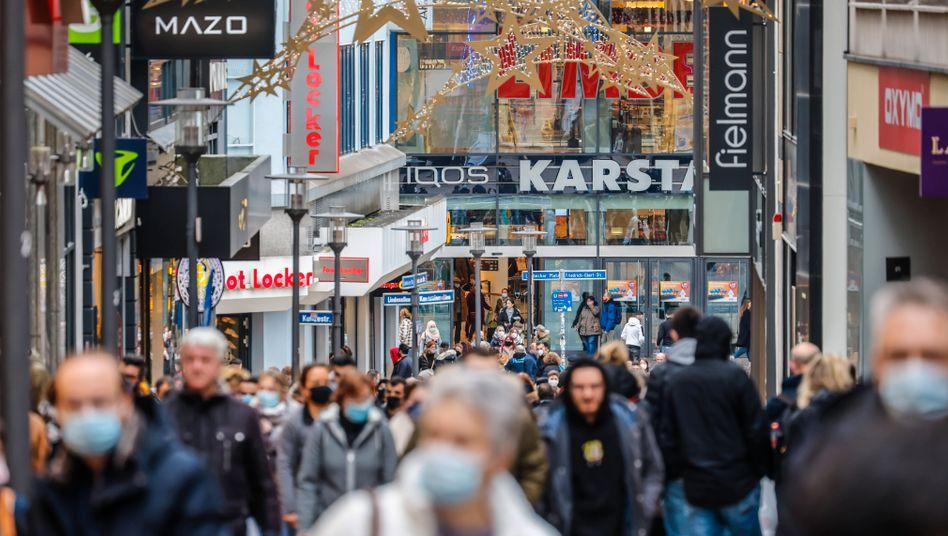 In Essen gehen viele Menschen mit Maske in der Innenstadt einkaufen