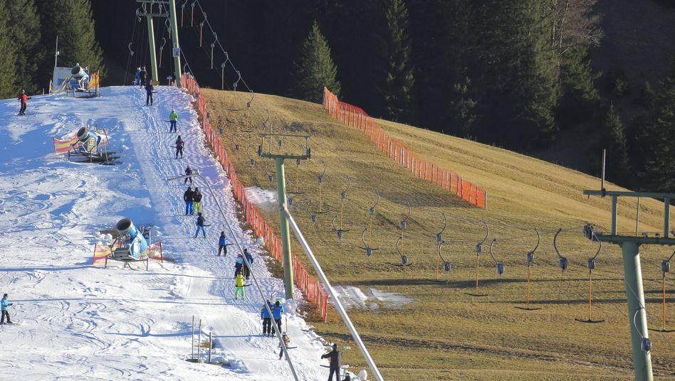 Skifahrer in Tannheim (Österreich) im Jahr 2015: Zwischen 1971 und 2019 ging die Schneehöhe in den Alpen vielerorts linear zurück