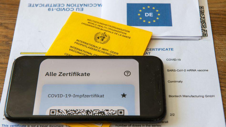 Das Impfzertifikat auf einem Smartphone: Nach einer technischen Umstellung können Apotheken wieder QR-Codes ausgeben