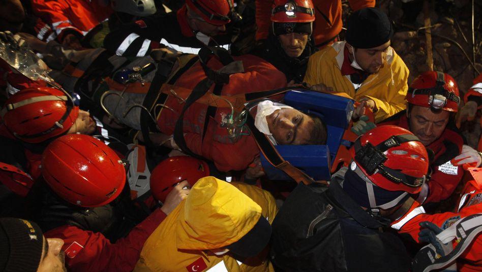 Rettungskräfte befreien einen jungen Mann aus den Trümmern: 534 Tote, 2300 Verletzte