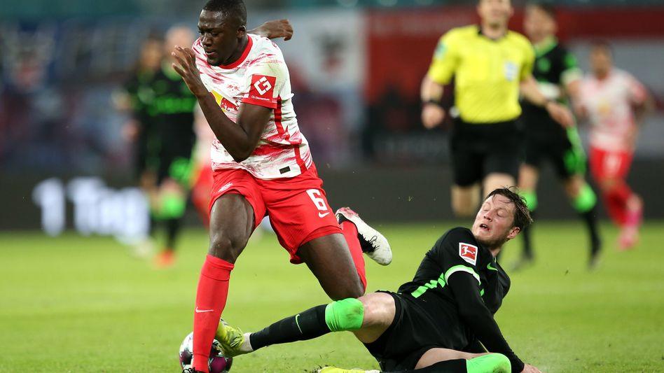 Der intensive Kampf hat sich sowohl für Wolfsburgs Wout Weghorst (r.) als auch für Ibrahima Konate gelohnt