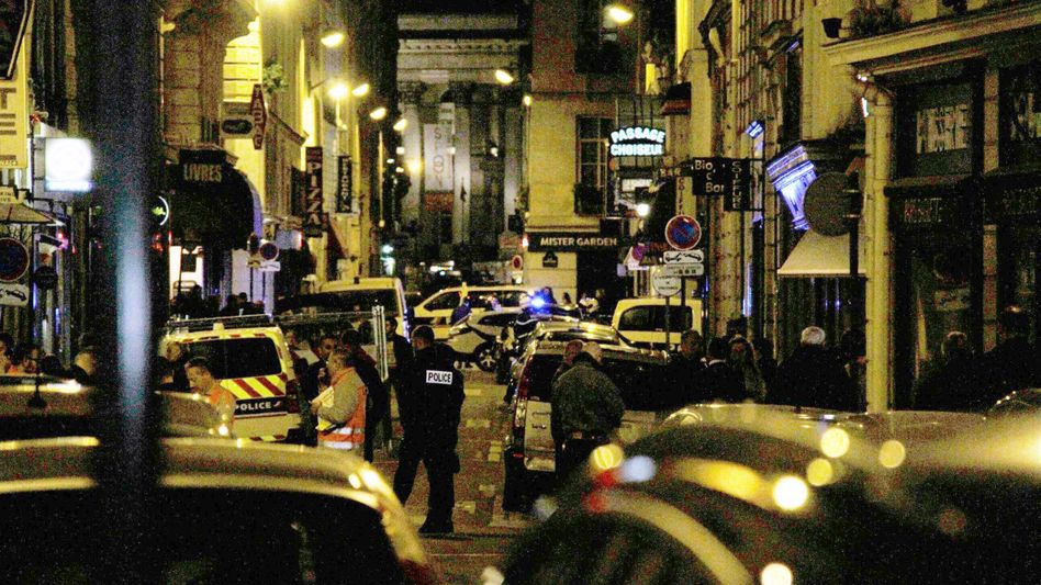 Polizisten am Tatort in Paris