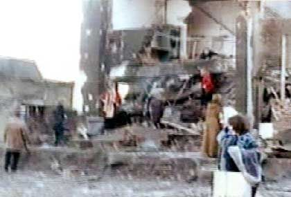Das Regierungsgebäude gleicht nach der Bombenexplosion einer Ruine