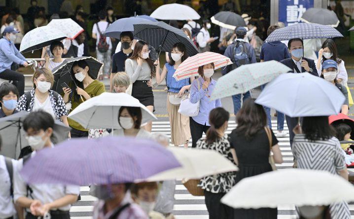 Fußgänger in Tokio: Sorge vor einer zweiten Welle