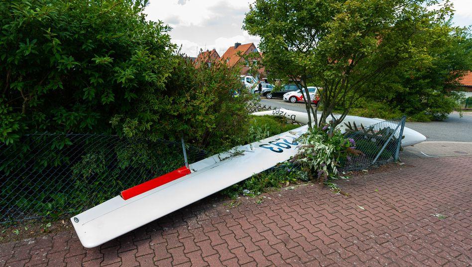 Ein zerstörtes Segelflugzeug in Lüneburg