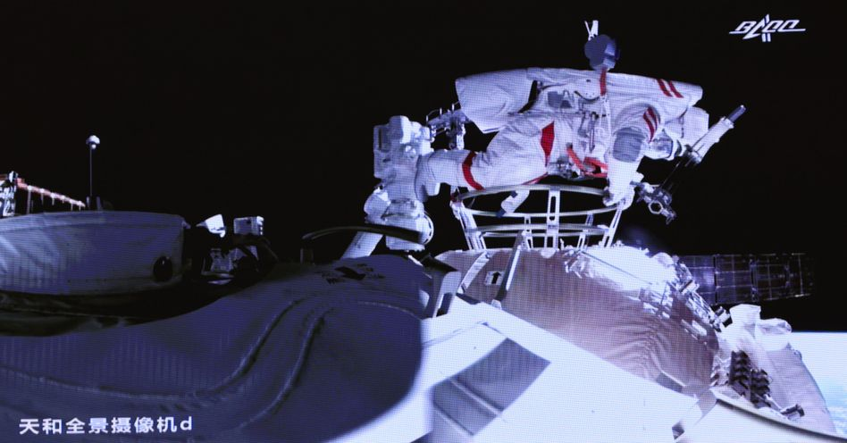 Videostandbild mit chinesischem Astronauten Liu Boming beim Kernmodul der Raumstation »Tiangong«