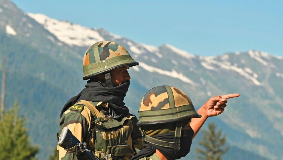 Den Feind im Blick: Indische Grenzer im Himalaja