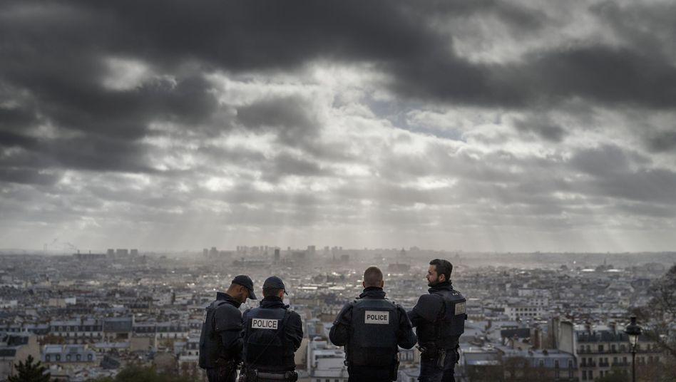 Polizisten auf dem Montmartre: Vom Versagen der Sicherheitsbehörden ist nichts zu hören