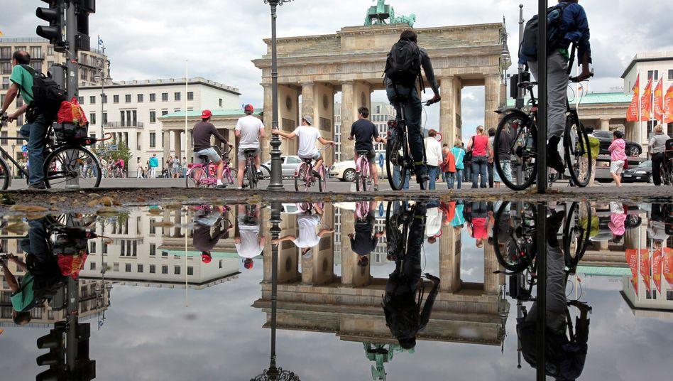 Fahrradfahrer am Brandenburger Tor in Berlin