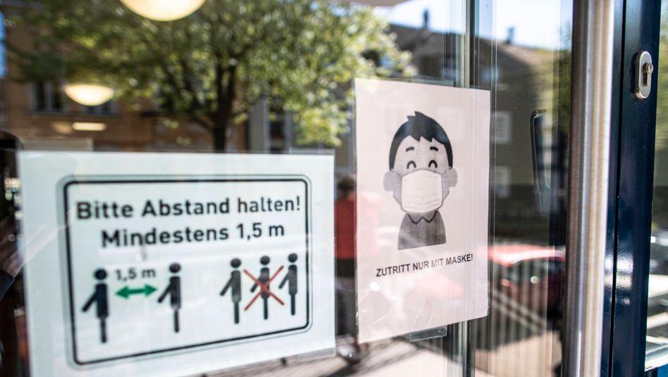 Hinweis auf Maskenpflicht: Dieses Gymnasium hat sich unabhängig von den Vorgaben aus NRW für den Mund-Nasen-Schutz entschieden
