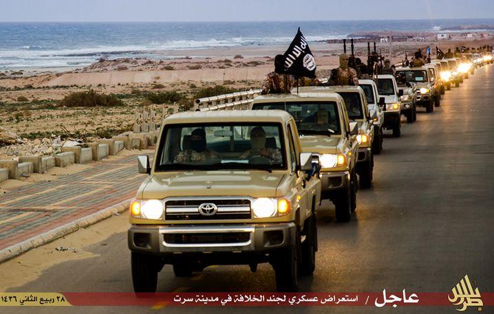 """Kämpfer des """"Islamischen Staats"""" in Lybien 2015 (IS-Propagandabild: Nutznießer des Chaos in Syrien und Irak"""