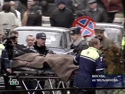Nach der Befreiungsaktion: Eine Leiche wird abtransportiert