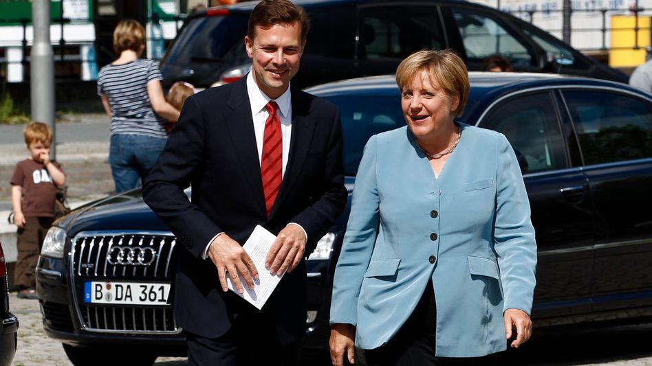"""Regierungssprecher Seibert mit Kanzlerin Merkel: """"Das dient nicht"""""""