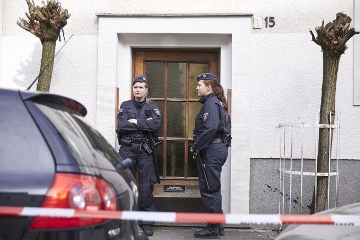 Polizistinnen vor R.s Wohnung