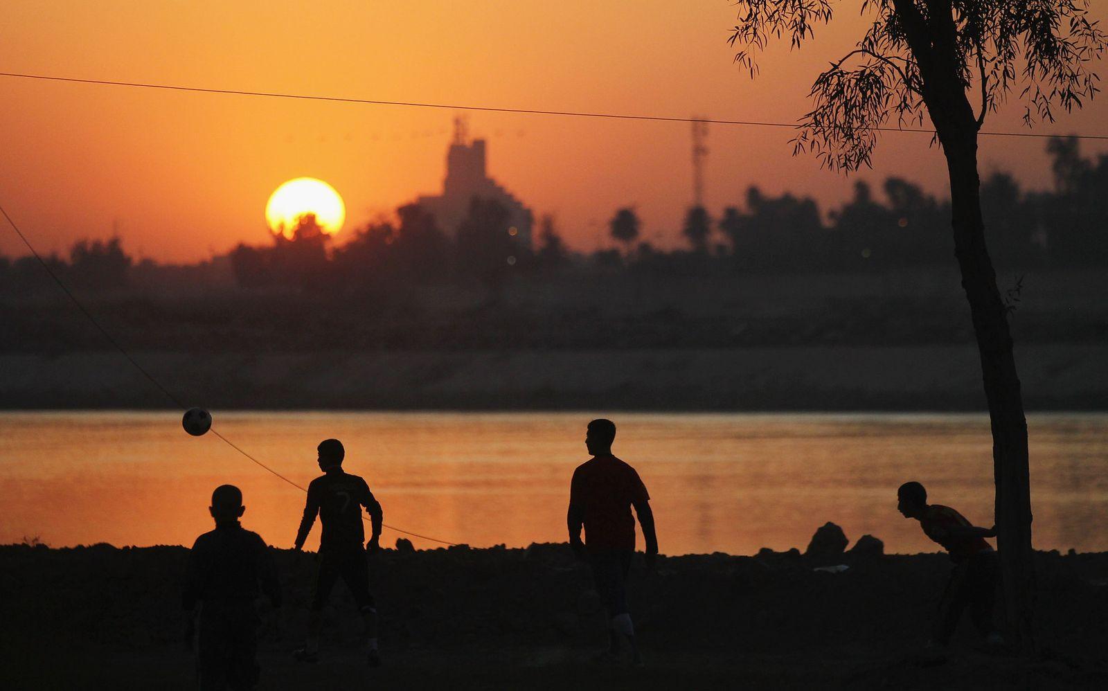 Einwohner Bagdads am Tigris