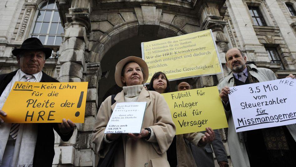 Demonstranten vor HRE-Prozess: Erst Anfang 2011 eine Entscheidung