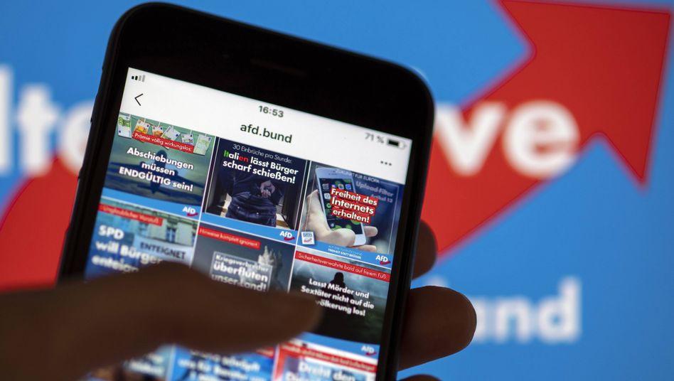 Smartphone am linken Bildrand mit rechten Inhalten: Die AfD bespielt die sozialen Medien sehr erfolgreich.